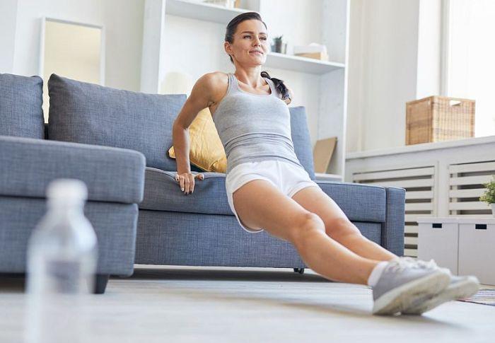 7 ασκήσεις για όλο το σώμα που μπορείς να κάνεις από τον καναπέ σου