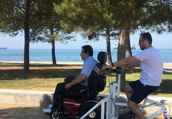 Θεσσαλονίκη: Το πρώτο ποδήλατο για ΑμεΑ έκανε βόλτα στην παραλιακή