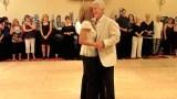 Μοιάζουν με ένα κανονικό ζευγάρι που χορεύει, αλλά δείτε τι γίνεται όταν της αφήνει το χέρι.