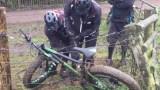 Το Ποδήλατό του Μπλέχτηκε σε Ηλεκτρικό Φράχτη. Δείτε ΤΙ έπαθαν στην Προσπάθειά τους να το Ξεμπλέξουν!
