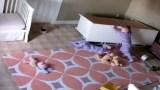 2χρονος σώζει τον δίδυμο αδελφό του από το έπιπλο που τον έχει πλακώσει.
