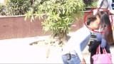 Βίντεο: Άρχισε να φυλά άγνωστες γυναίκες στο δρόμο και δείτε τι έπαθε!