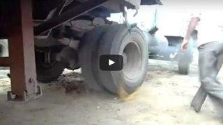 Αν Είναι Δυνατόν! Δείτε Πως Έβαλαν Μπροστά Ένα Φορτηγό Που Είχε Μείνει Από Μπαταρία… (Βίντεο)