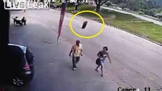 Περπατούσε αμέριμνος… Όταν ξαφνικά του ήρθε μια ΡΟΔΑ στο ΚΕΦΑΛΙ [Βίντεο]
