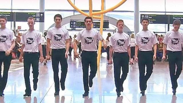 7 Έφηβα Αγόρια στήθηκαν σε μια γραμμή στη μέση του Αεροδρομίου. Αυτό που έκαναν στη συνέχεια, άφησε άφωνους τους Επιβάτες!