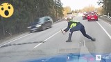 Έκαναν σήμα στον οδηγό να σταματήσει αλλά αυτός πάτησε το γκάζι. Προσέξτε τώρα ΤΙ κάνει ο Αστυνομικός… ΑΠΙΣΤΕΥΤΟ!!