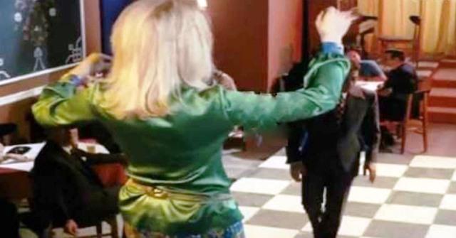 ΔΕΙΤΕ: Η θρυλική ζεμπεκιά που χόρεψε η Ζωή Λάσκαρη και άφησε Ιστορία!