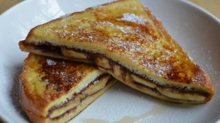 Το πιο εύκολο και γρήγορο γλυκό του χειμώνα: Τοστ με μπανάνες και σοκολάτα στο φούρνο