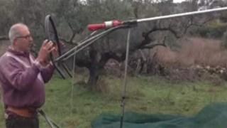 Αγρότης από τα Κύθηρα έφτιαξε πατέντα για να μαζεύει ξεκούραστα ελιές