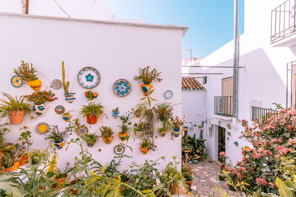 Most houses in Mijas have flowers and plant decor