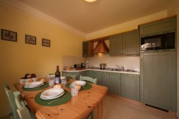 Fully equipped kitchen with dining aea