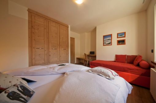 Spacious bedroom with joinable twin beds + single bed