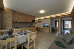 Living/dining room with fully equipped kitchen