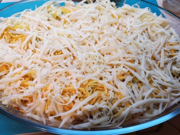 Kürbis-Auflauf: Käse über dem Gemüse verteilen