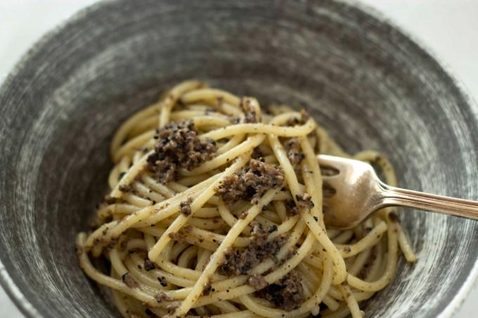 Spaghetti al tartufo di Norcia (spaghetti with black truffles, anchovies and olive oil)