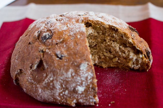 Rye bread with walnuts and figs