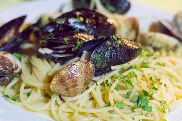 Spaghetti alla marinara (spaghetti with mixed seafood)