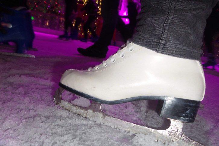 Kinderen leren schaatsen