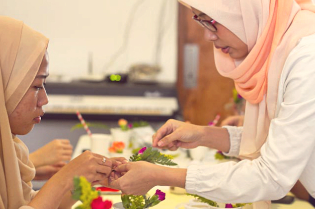 event-LivingLoving-Class-Play-with-flowers-august-2014-11
