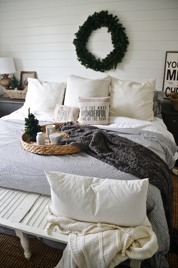 Simple Cozy Christmas Bedroom   It Doesnu0027t Have To Be Complicated To Be  Beautiful ...