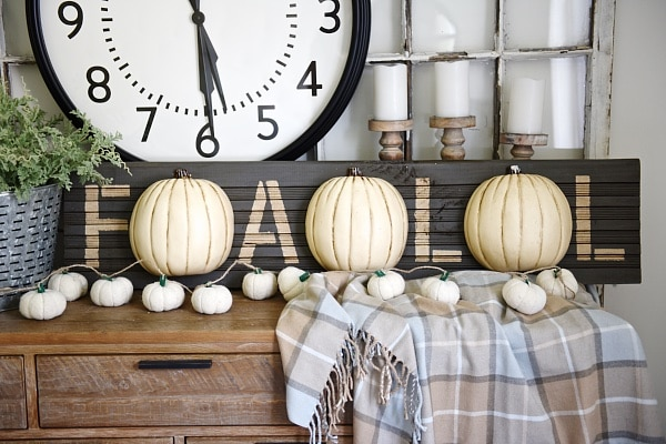DIY Fall Pumpkin Sign - A super simple DIY fall sign that can be customized for any fall decor! Click here to read more!