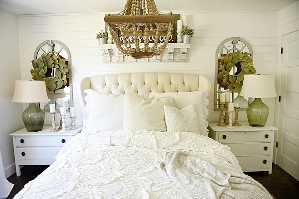 Cozy farmhouse bedroom makeover - Great pin for an entire farmhouse decor makeover!