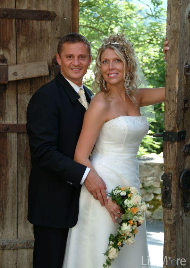 Les mariés posent pour la photo de mariage en Autriche
