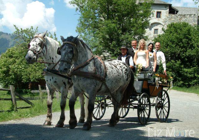 Mariée et marié avec calèche en Autriche