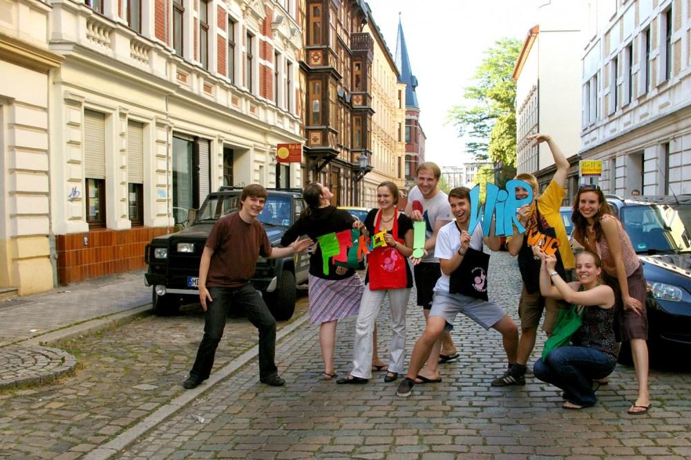 KultiWIRung der Klosterbergestraße in Magdeburg mit viel Kunst, Mitmachaktionen, PingPong, Livemusik, Performance, Installationen und einer Kunstauktion.