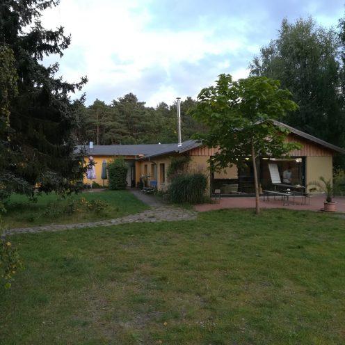 Grünes Haus und Anlage