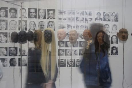 Menschen beim Betrachten der Kunstwerke auf der documenta 14