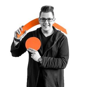 Max Engelmann mit den .lkj)-Logo