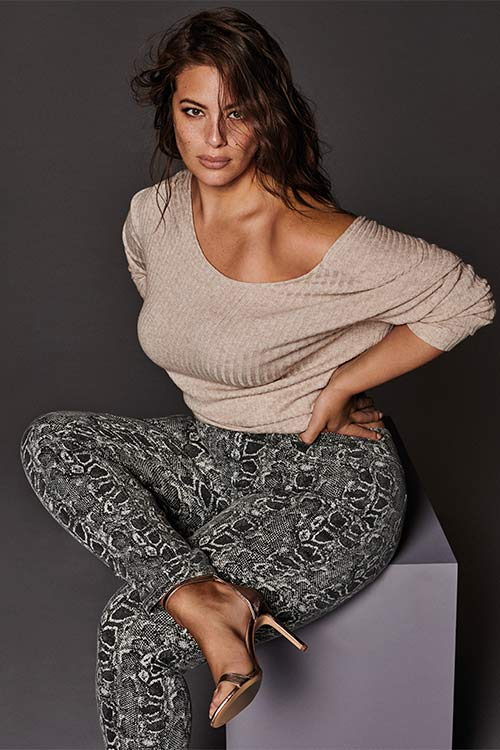 Modelo con mallas estampadas. El armario de Ashley Graham