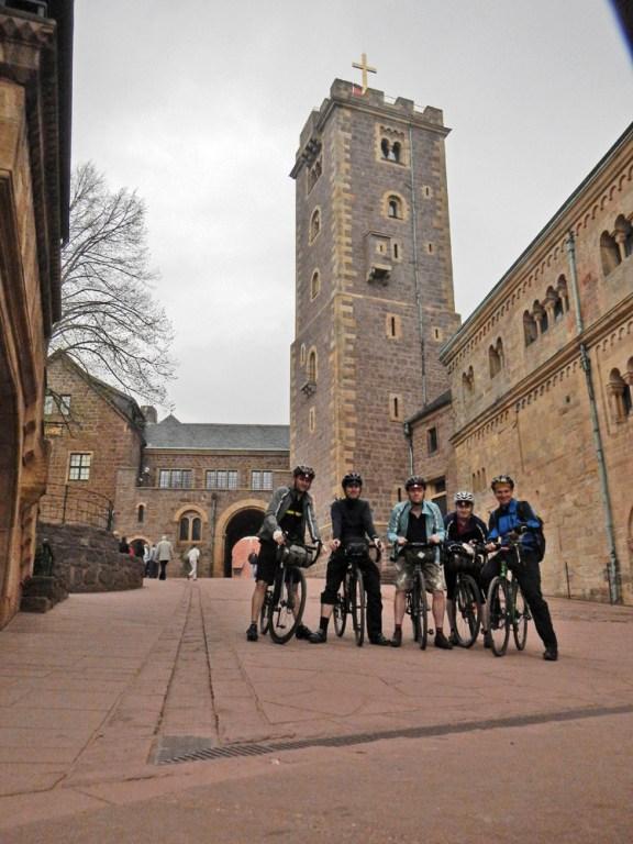 Obligatorisches Gruppenfoto. Wann fährt man schon einmal mit dem Rad in die Wartburg?