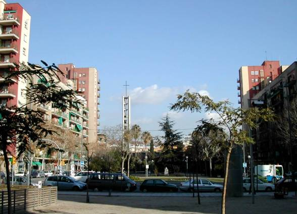 https://commons.wikimedia.org/wiki/File:Barri_Congr%C3%A9s_plaza.jpg