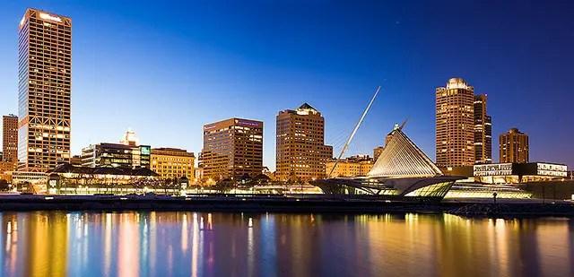 Milwaukee_Skyline_at_Night