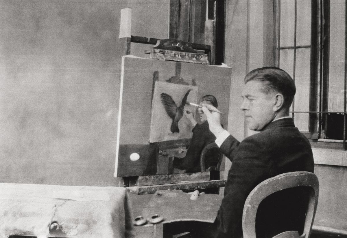 Jacqueline Nonkels (photographe), René Magritte peignant La clairvoyance, Bruxelles, 4 octobre 1936 © 2019-2020, Charly Herscovici c/o SABAM