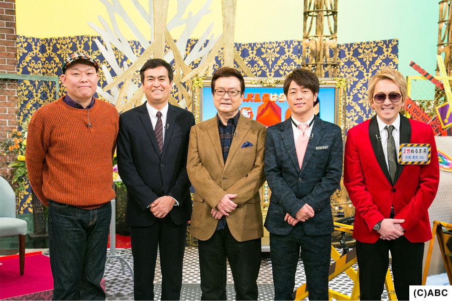 (左から)千原せいじ、石原良純、大和田伸也、陣内智則。作曲家・平尾昌晃の息子、平尾勇気がぬるま湯くんをサポートする