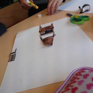 1. composition de chaises en papier découpés