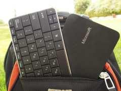 Wedge Mobile Keyboard – הסדרה האחרונה של מיקרוסופט בתחום החומרה לניידות, מציעה עכבר ומקלדת מעניינים ומעוצבים לעילא ועילא המכונים Wedge. העכבר קצת משונה, אבל התלהבנו מהמקלדת – מקלדת אלחוטית קטנה, שמתחברת ב-Bluetooth לכל מחשב לוח, ומאפשרת הקלדה נוחה גם בשטח מצומצם. כיסוי הגומי העבה והאלגנטי שלה לא רק מגן עליה בזמן נשיאה, אלא גם מתקפל, והופך למעמד נאה ויציב לטאבלט. אהבנו.