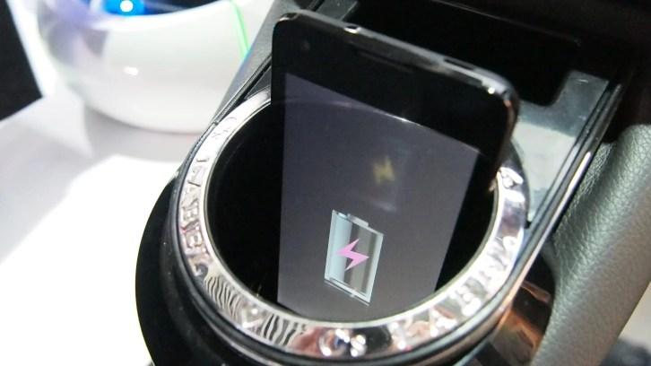 מתקן הכוסות שטוען את הטלפון