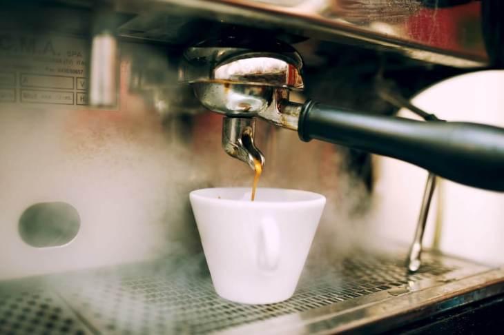 מכונת אספרסו תעשייתית מוזגת קפה