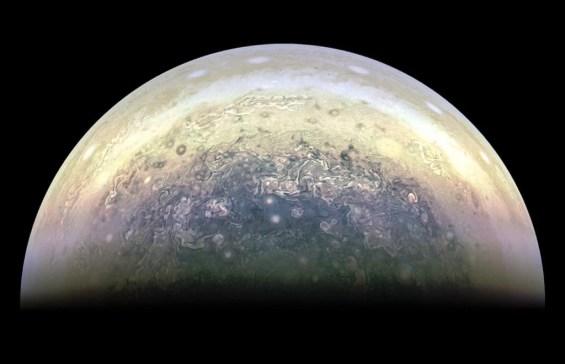 צילום: NASA/JPL-Caltech/MSSS/SwRI/Kevin M. Gill CC-BY-2.0
