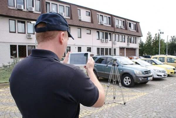 Komunalci slikaju nepropisno parkirana vozila, izvor: novosti.rs