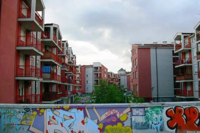 Zamislite u Borči postoje zgrade?! Hmm :P — in Borca.