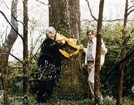 Penne and Bruce Laingen standing with tree with yellow ribbon
