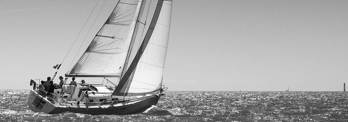 Voilier naviguant près de La Rochelle