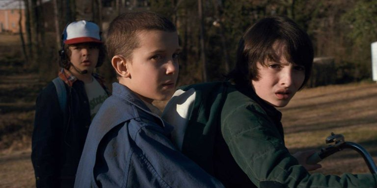 Millie Bobby Brown, Finn Wolfhard, e Gaten Matarazzo in Stranger Things