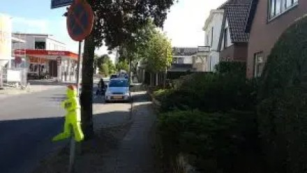 Smal trottoir langs de Tramstraat (foto: LochemsNieuws)