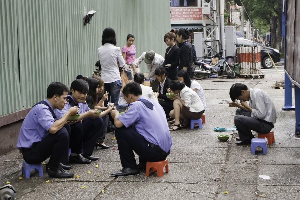 Los vietnamitas comen en cualquier parte y en unas sillitas minúsculas... ¡qué curioso!